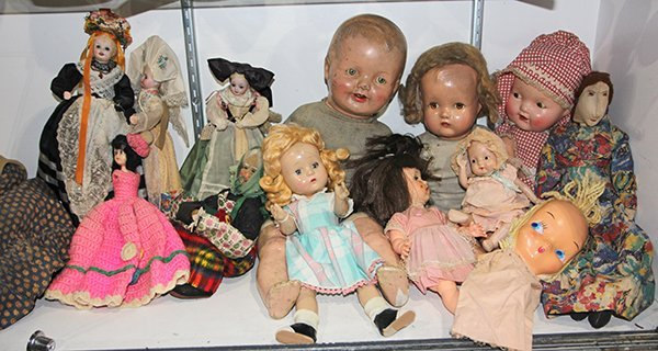 (lot of approximately 20) one shelf of character dolls,