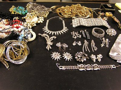 222: (lot) Collection of costume jewelry including bead