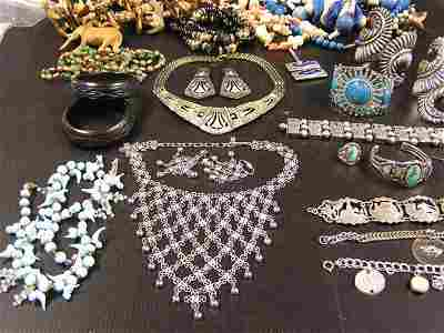 223: (lot) Collection of costume jewelry