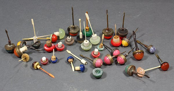 Group of Chinese snuff bottle caps, of various colors