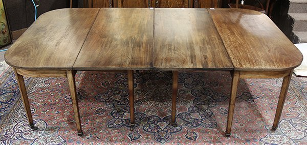 Georgian style walnut dining table 19th century, having