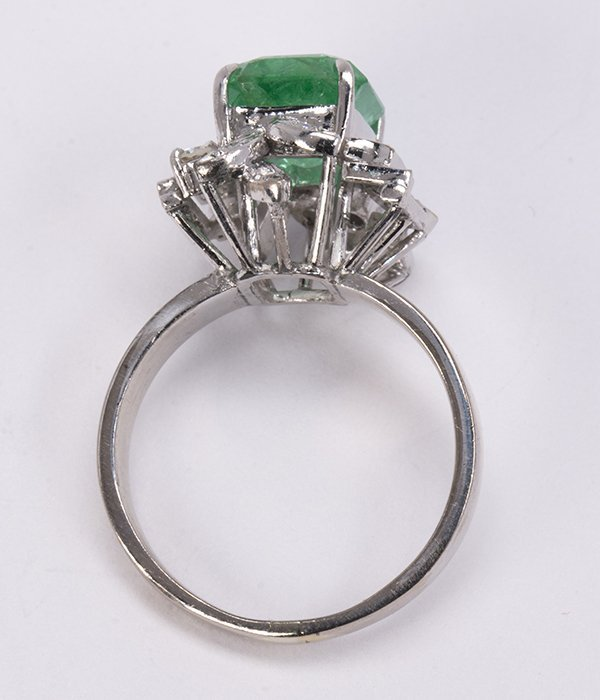 Emerald, diamond, and 18k white gold ring - 3
