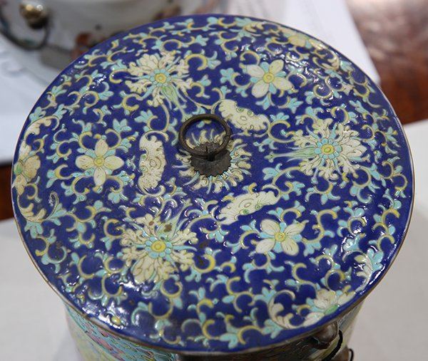 Two Chinese Porcelain Containers - 8