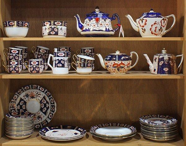 (lot of 50) English assembled Imari decorated porcelain