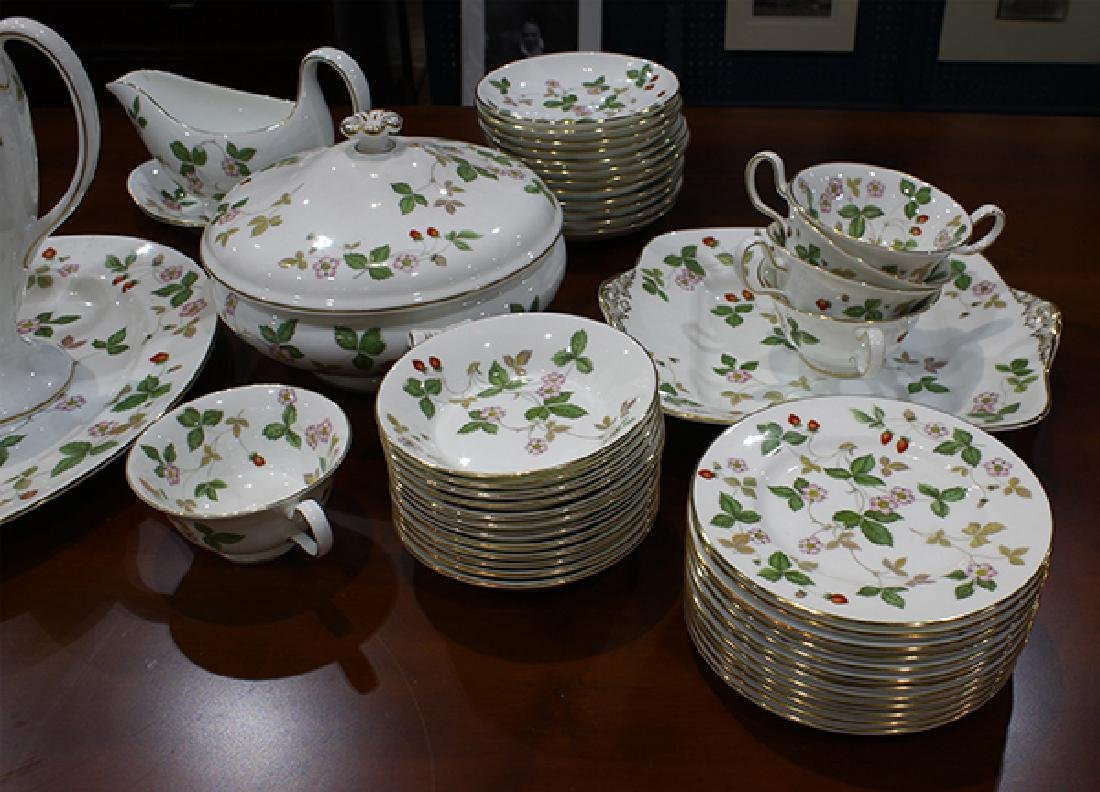(lot of 93) Wedgwood table service for twelve in the - 2