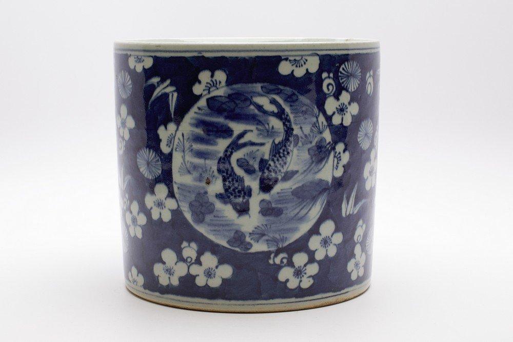 LARGE CHINESE PORCELAIN BLUE AND WHITE BRUSH POT