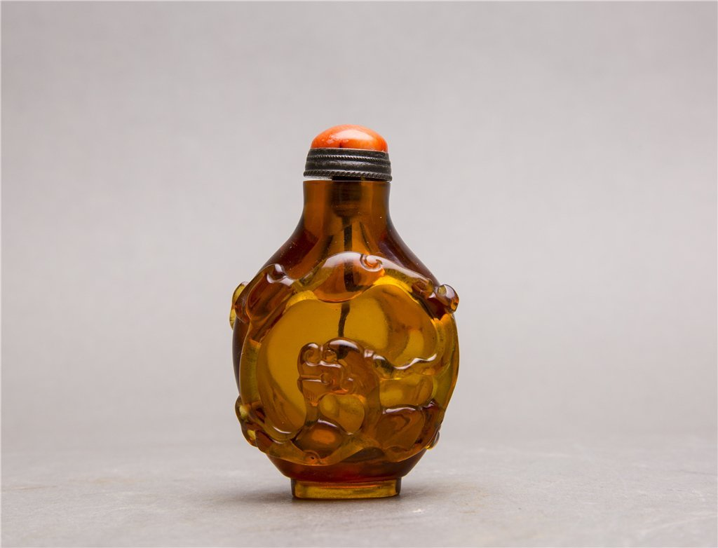 A CARVED PEKING GLASS SNUFF BOTTLE