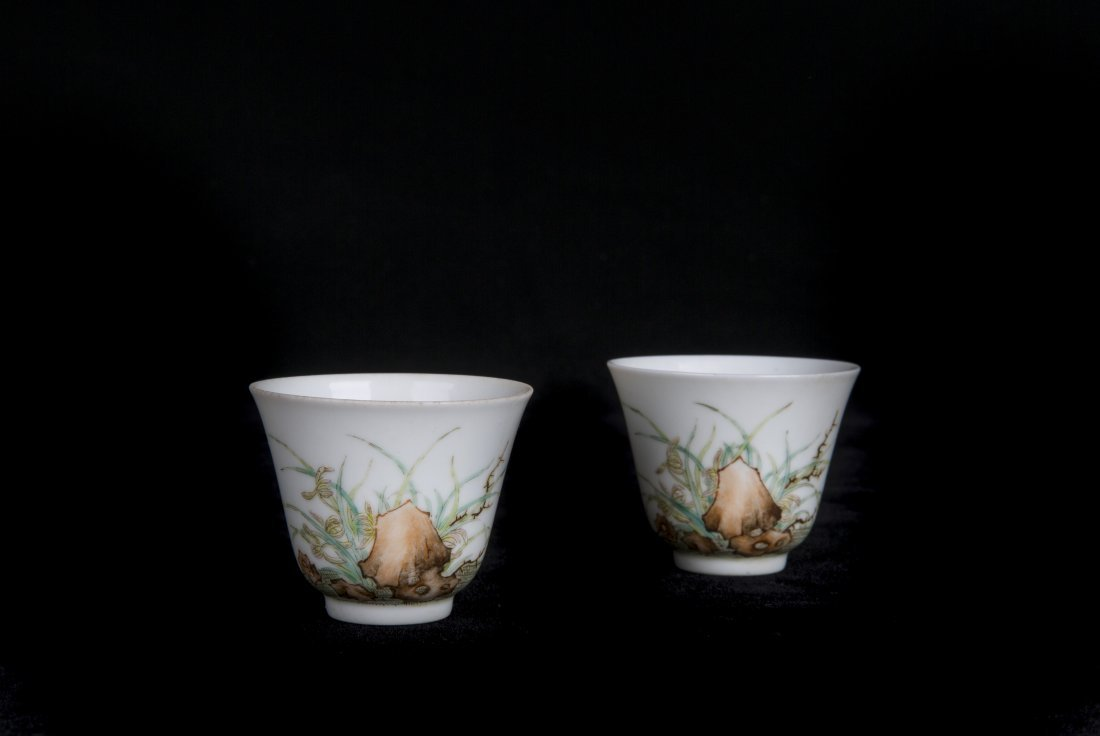 A PAIR OF FAMILLE-ROSE WINE CUPS