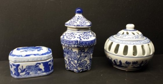 LOT OF 3 BLUE AND WHITE ORIENTAL PORCELAIN PIECES