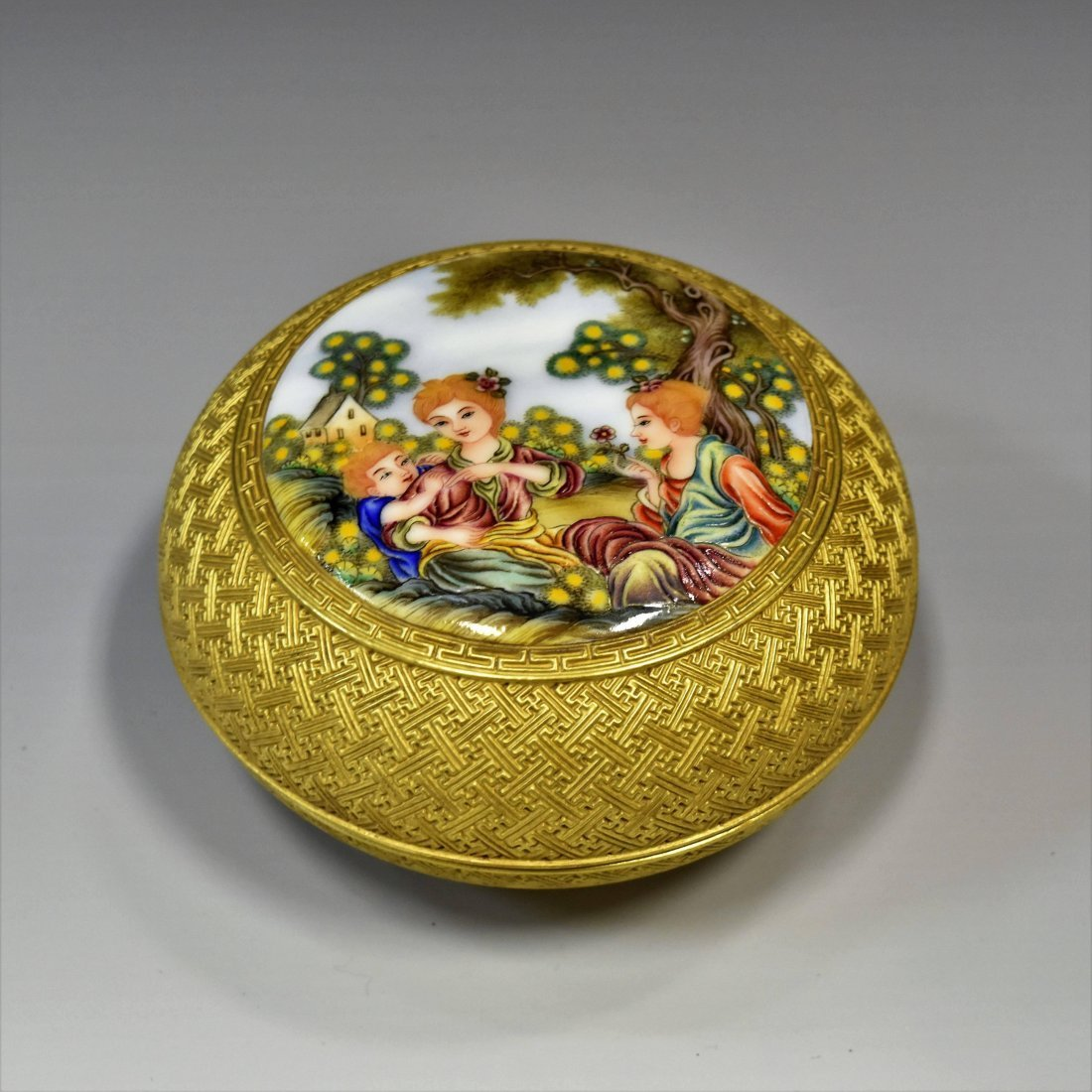CARVED GILT PORCELAIN ROUND BOX