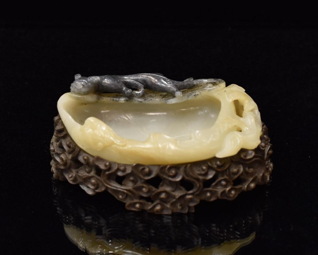 TIGER OVER PEACH CARVED JADE BRUSH WASHER