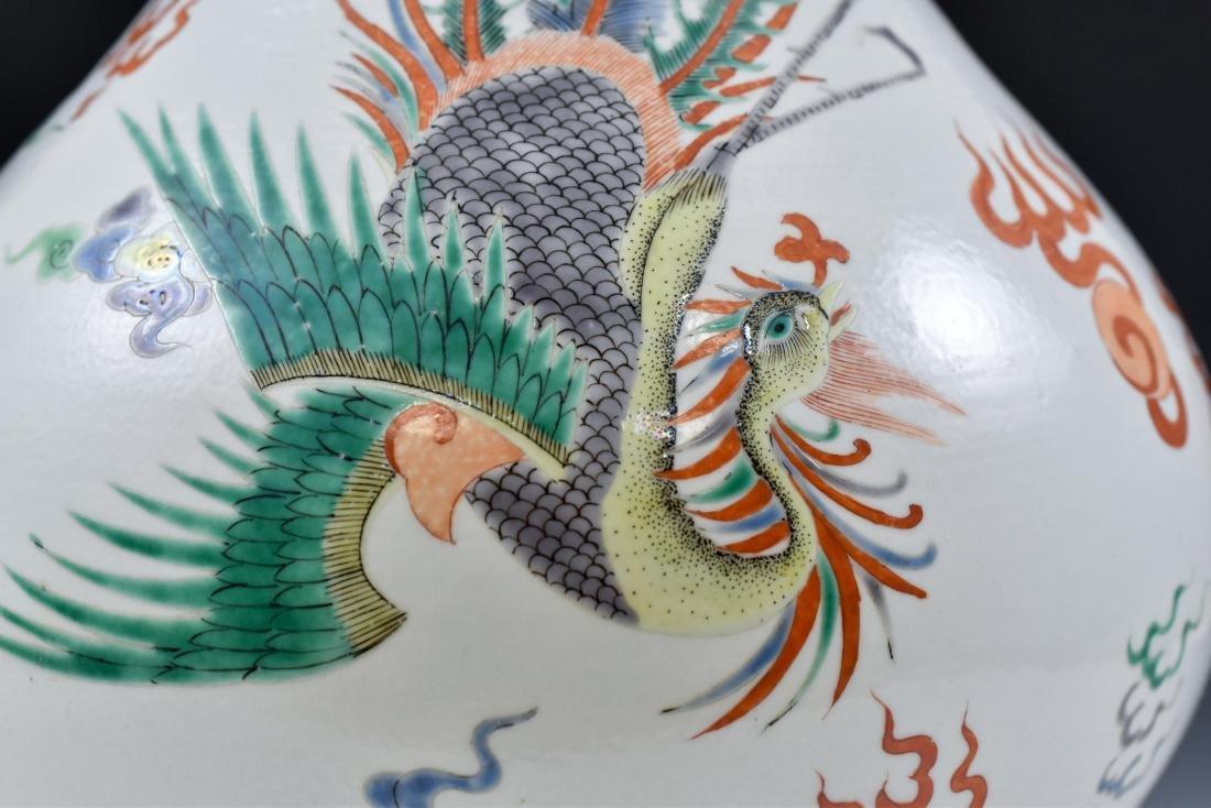 CHINESE KANGXI WUCAI DRAGON PORCELAIN VASE ON STAND - 10