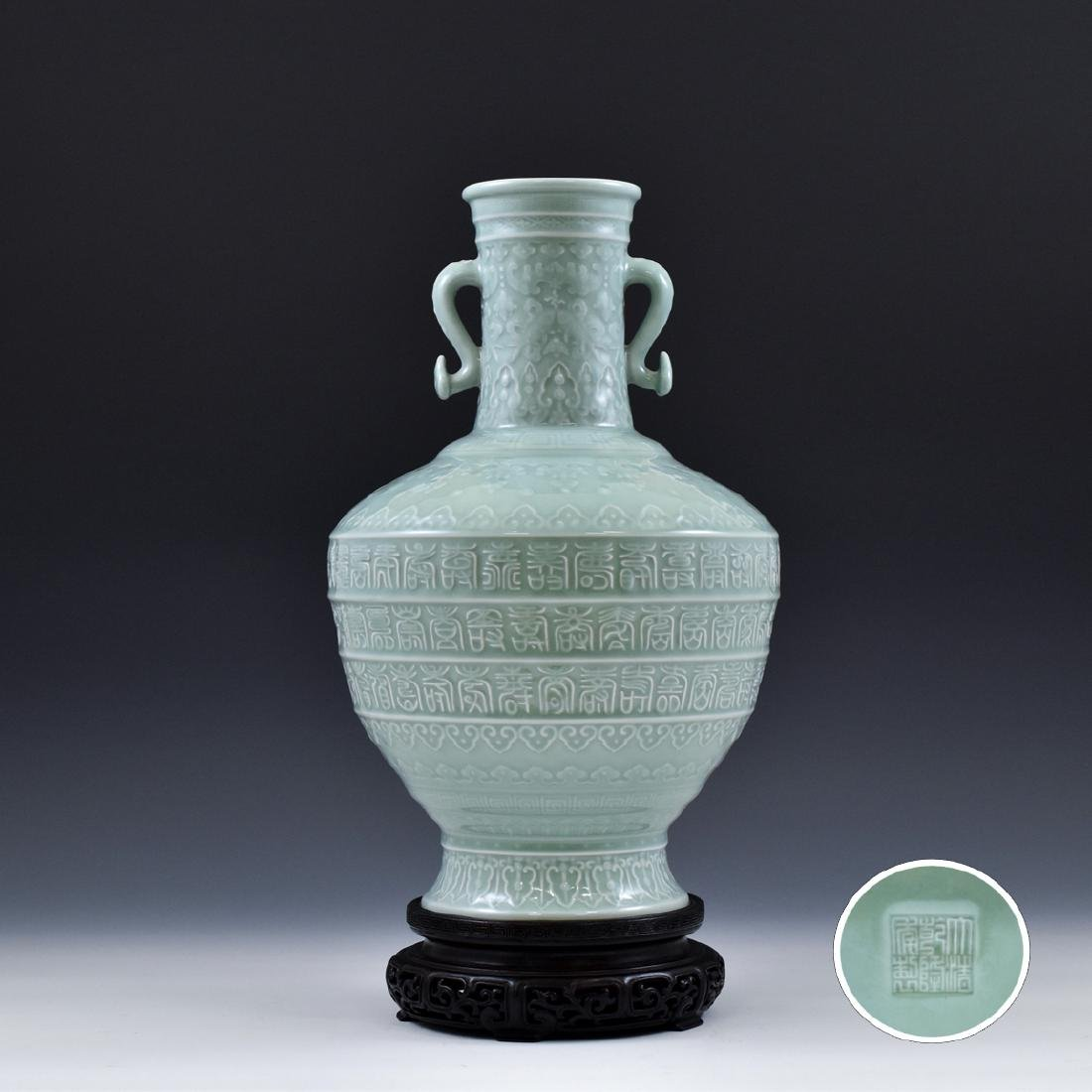 QING CHINESE DOUQING SGRAFITTO ARROW VASE ON STAND
