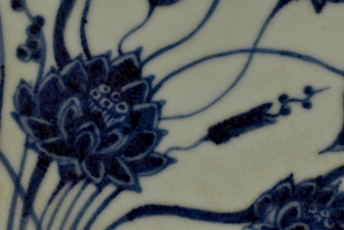 A FINE MING BLUE AND WHITE LOTUS PLATE - 4
