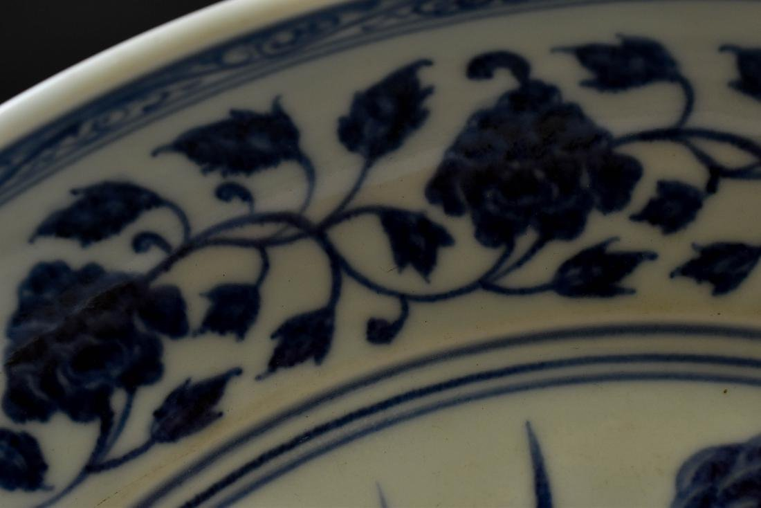 A FINE MING BLUE AND WHITE LOTUS PLATE - 6