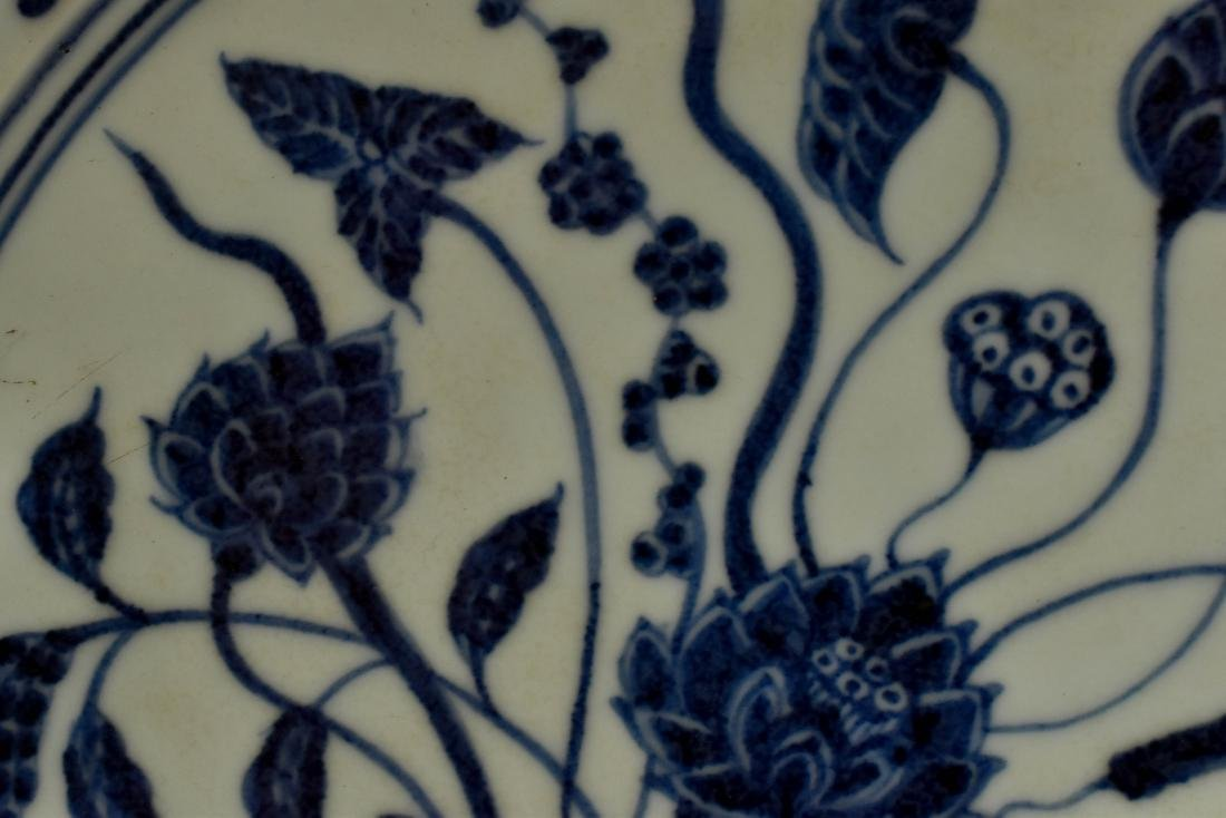A FINE MING BLUE AND WHITE LOTUS PLATE - 8