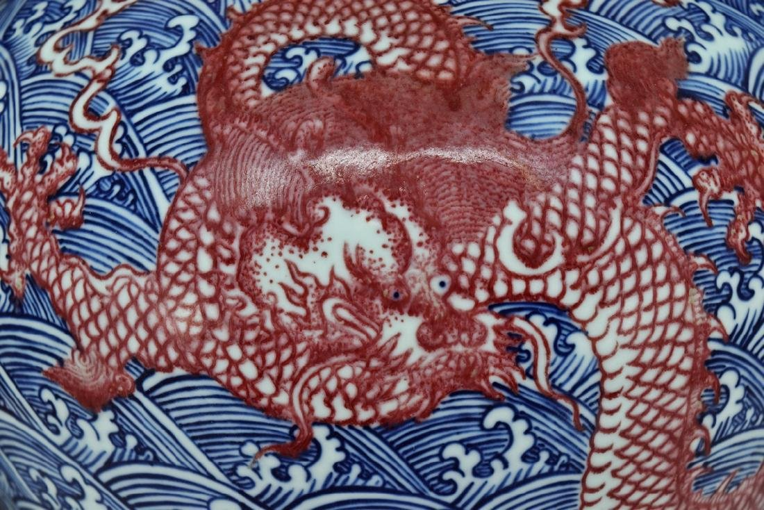RED DRAGON ON BLUE & WHITE MEIPING VASE ON STAND - 4