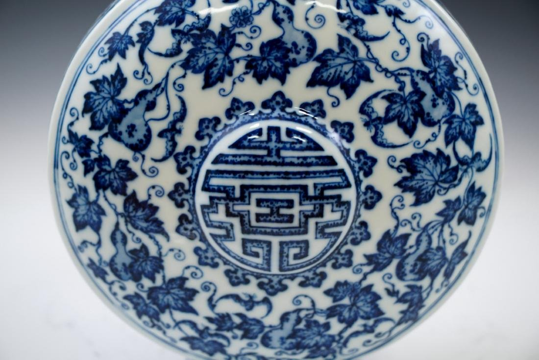 VERY FINE QIANLONG BLUE AND WHITE PORCELAIN MOON FLASK - 2