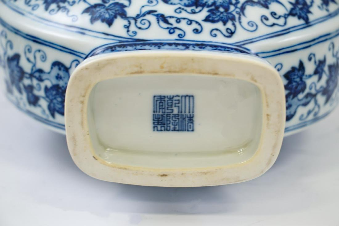 VERY FINE QIANLONG BLUE AND WHITE PORCELAIN MOON FLASK - 9
