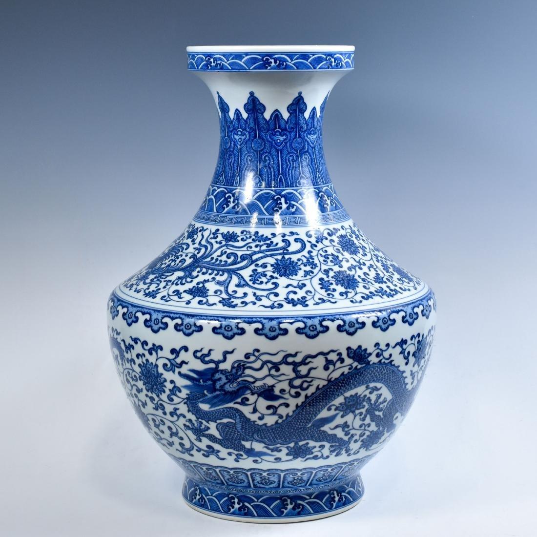 LARGE CHINESE BLUE & WHITE DRAGON LOTUS ARROW VASE