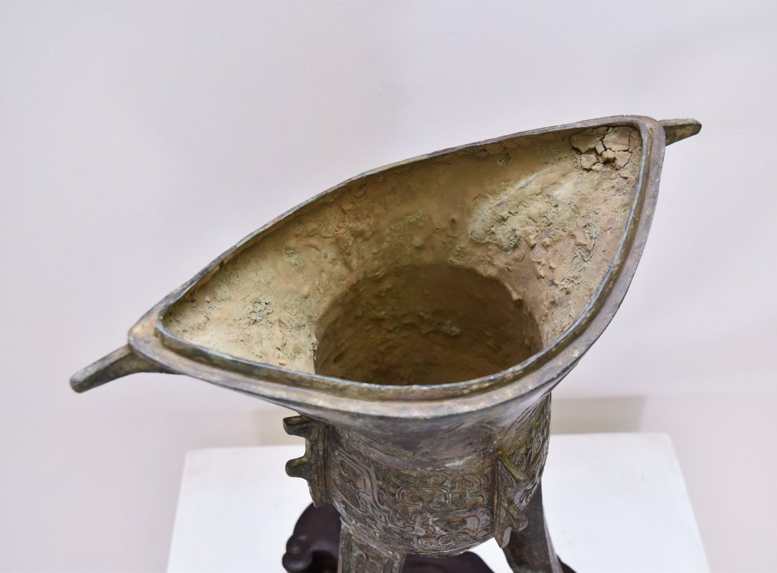 AN ARCHAIC RITUAL BRONZE COVERED WINE VESSEL, JUE - 6