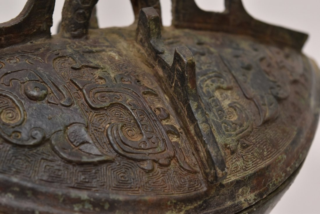 AN ARCHAIC RITUAL BRONZE COVERED WINE VESSEL, JUE - 9