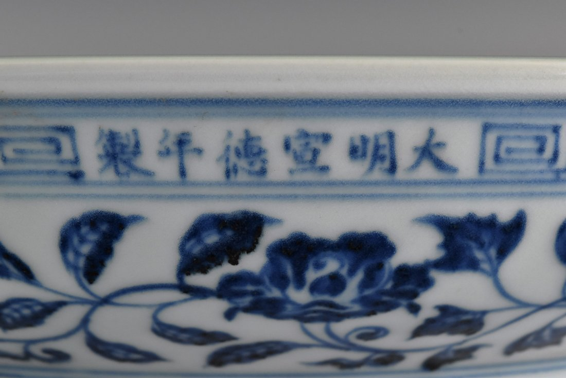 A MAGNIFICENT CHINESE MING BLUE AND WHITE LOTUS PLATE - 10