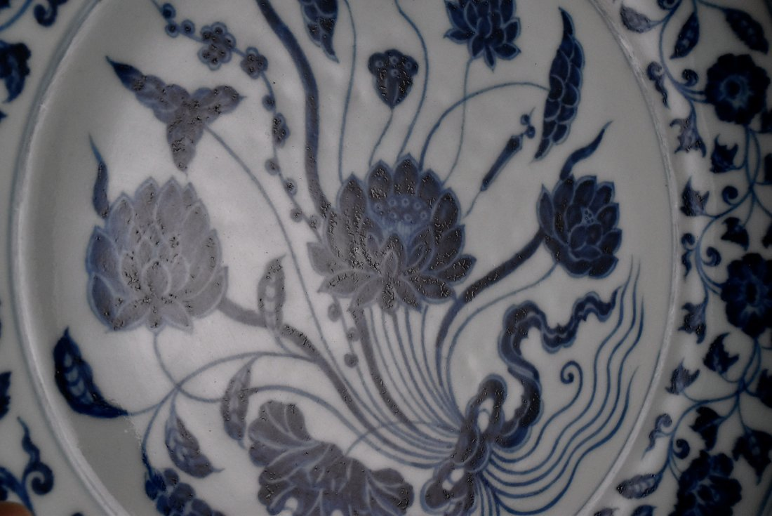 A MAGNIFICENT CHINESE MING BLUE AND WHITE LOTUS PLATE - 5