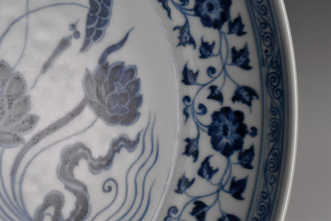 A MAGNIFICENT CHINESE MING BLUE AND WHITE LOTUS PLATE - 6