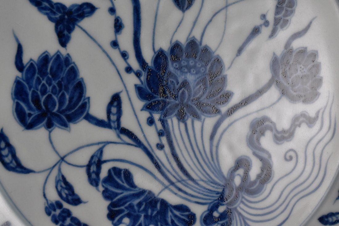 A MAGNIFICENT CHINESE MING BLUE AND WHITE LOTUS PLATE - 7