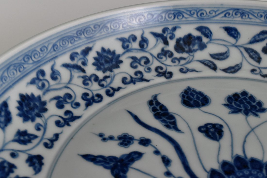 A MAGNIFICENT CHINESE MING BLUE AND WHITE LOTUS PLATE - 8