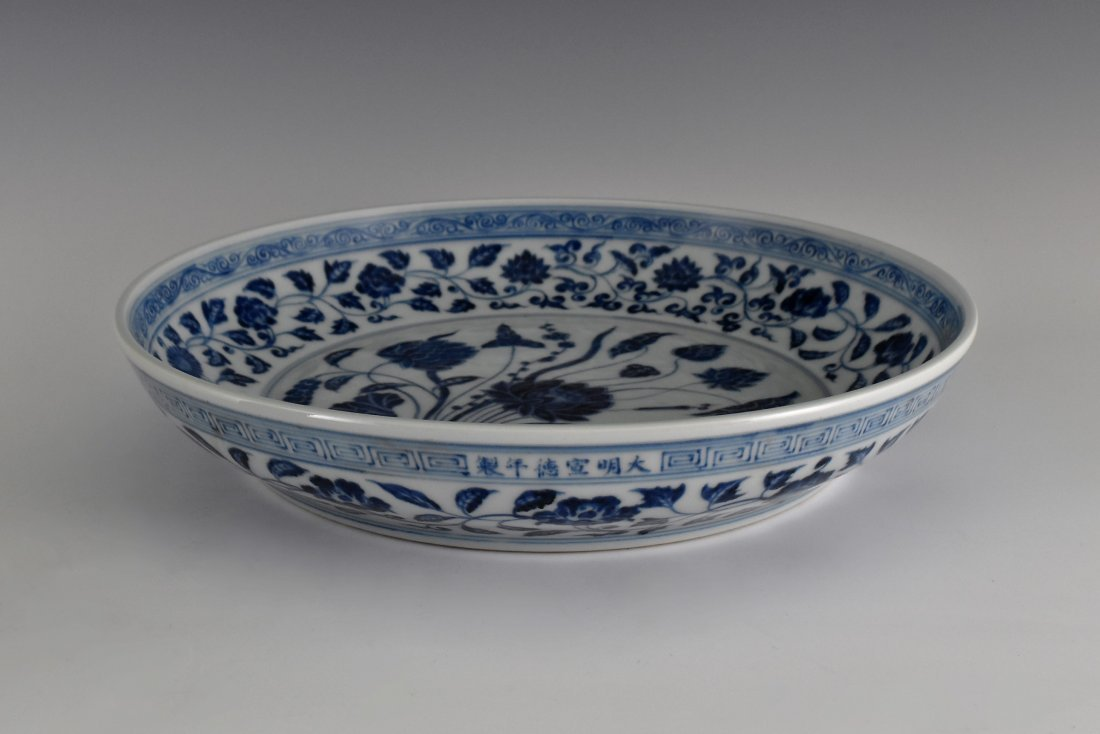 A MAGNIFICENT CHINESE MING BLUE AND WHITE LOTUS PLATE - 9