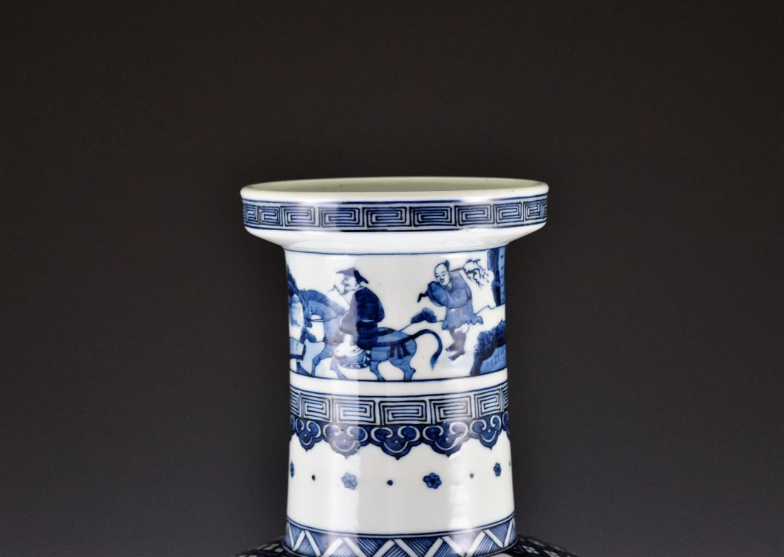 BATTLE SCENE BLUE AND WHITE ROULEAU VASE ON STANDS - 4