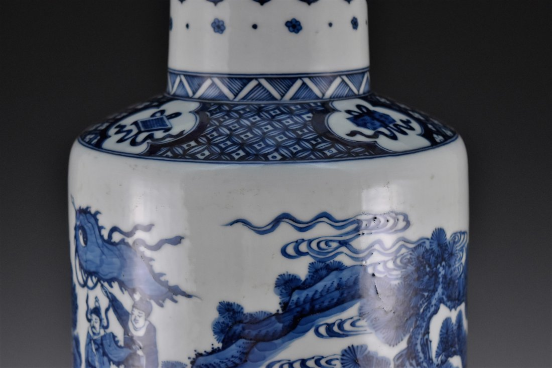 BATTLE SCENE BLUE AND WHITE ROULEAU VASE ON STANDS - 5