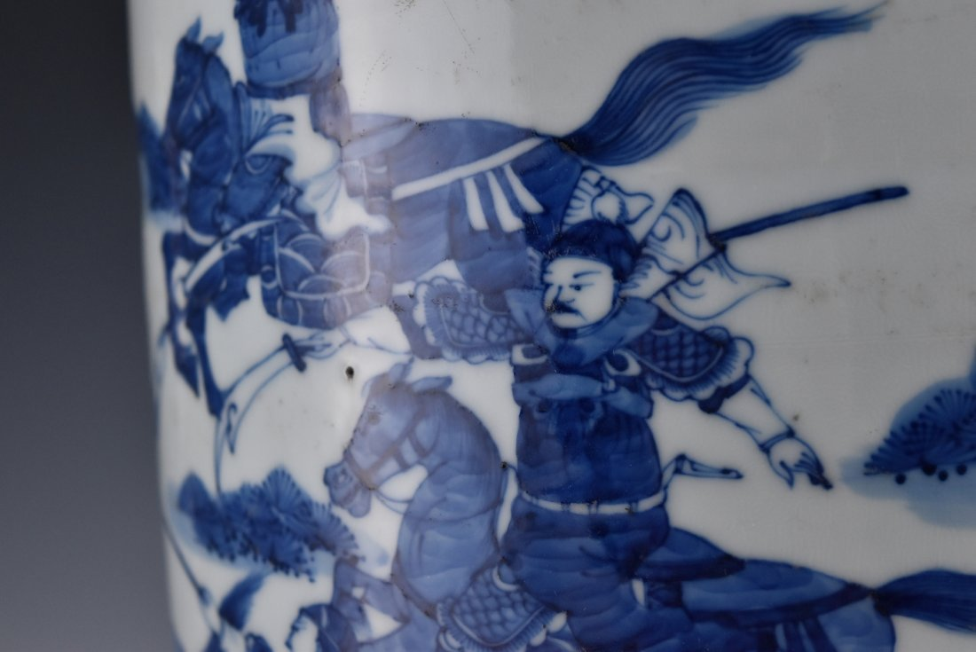 BATTLE SCENE BLUE AND WHITE ROULEAU VASE ON STANDS - 7