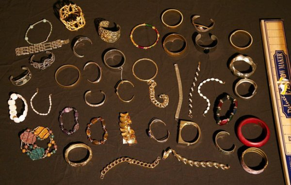 305:   JEWELRY-COSTUME,  A COLLECTION       mixed mater