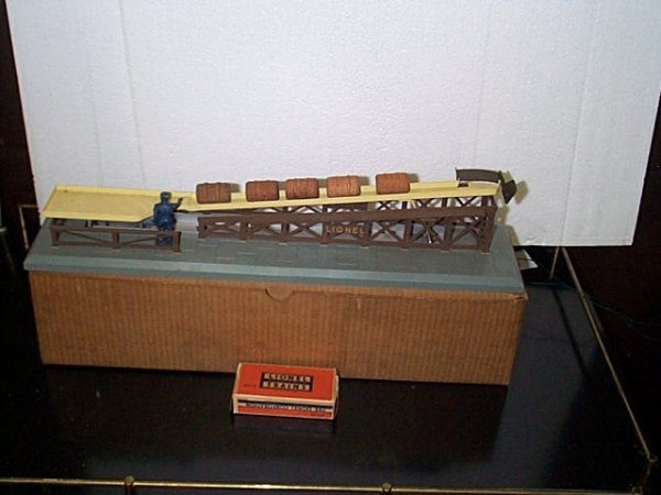 5: Lionel Trains barrel loader No. 362 with original bo