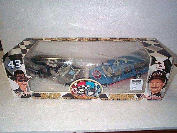 1011: Nascar Die Cast 2 truck limited edition commemora