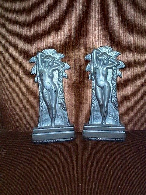 2009: Pair of cast iron door stops/bookends depicting n