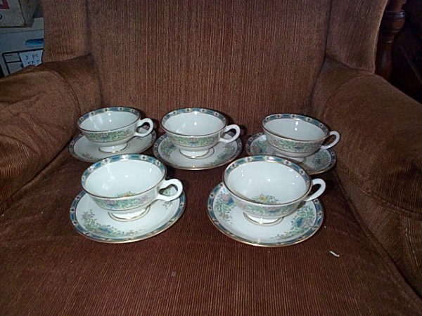 2017: Lot of 5 Lenox tea cups with saucers.  Pattern is