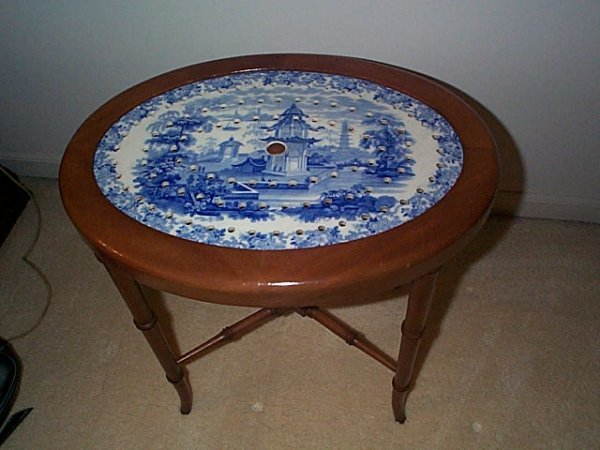 822: Small coffee table with a flow blue platter inset