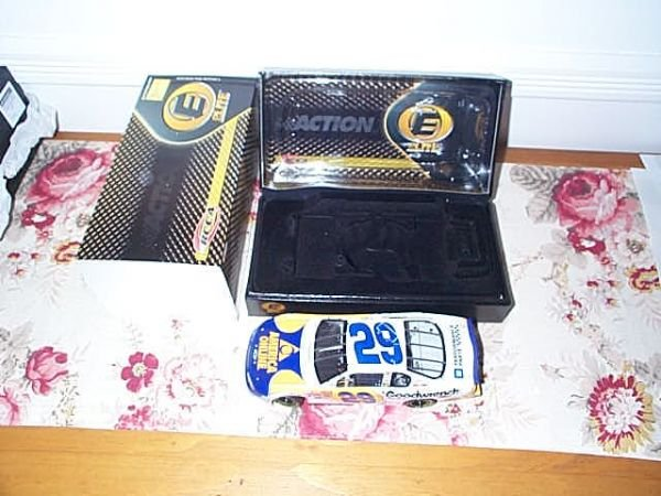 107: RCCA Elite Collectible Kevin Harvick #29 GM Goodwr