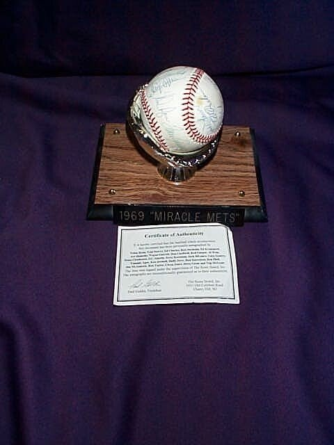 3: A 1969 autographed baseball, team ball miracle Mets.