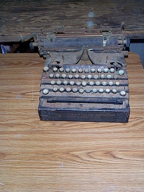 1015D: Royal typewriter in poor condition