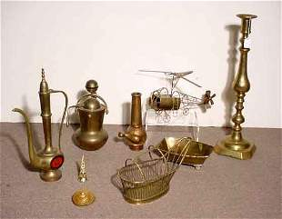 BOX OF BRASS AND METAL ITEMS