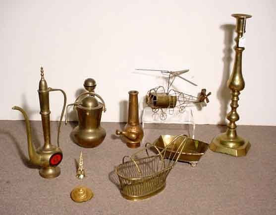 1007: BOX OF BRASS AND METAL ITEMS