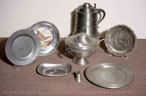 1005: BOX OF PEWTER ITEMS