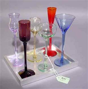 LOT OF SIX CORDIAL GLASSES AND SMALL SERVING TRA