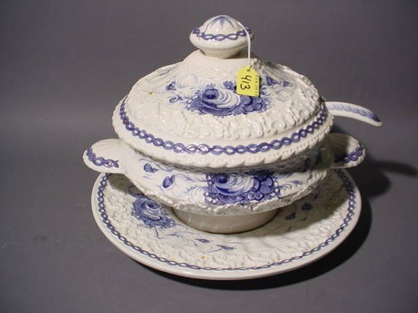 1413: BLUE AND WHITE DECORATED ITALIAN CERAMIC COVERED