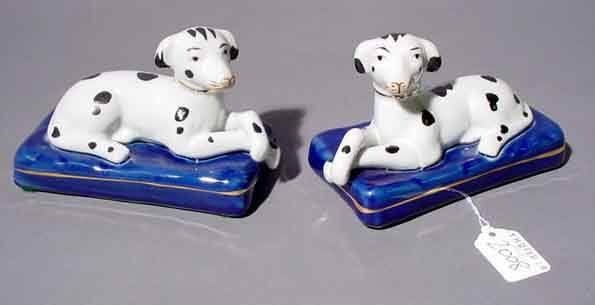 2008: PAIR OF STAFFORDSHIRE STYLE DECORATED PORCELAIN F